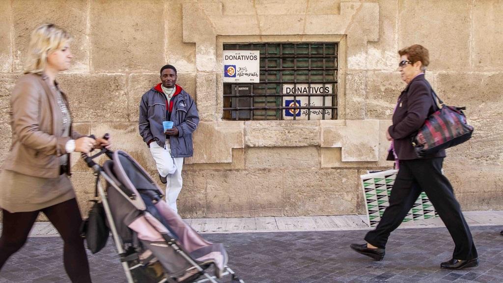 Un inmigrante desempleado pide limosna en la calle. Foto Marcial Guillén