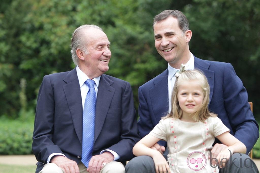 El Rey, con el Príncipe  Felipe y la infanta Leonor. Foto Casa Real