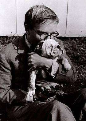el-escritor-norteamericano-truman-capote-con-su-perro-charlie_menu